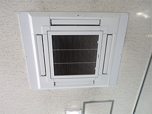 洗浄前の天井埋込タイプエアコン